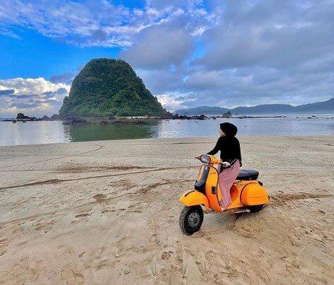 Pantai Pulau Merah - Review Lokasi dan Harga Tiket Masuk
